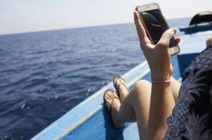 Kesä ja kännykät – näillä vinkeillä suojaat puhelimesi kesäisiltä vahingoilta