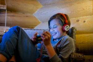 DNA selvitti: Lähes kaikki lasten puhelimet ovat älypuhelimia ja niiden käytöstä on sovittu pelisä�